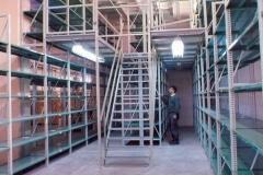 מדפים במחסן תעשייתי