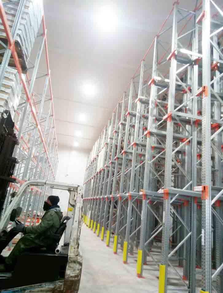 פעילות מלגזה בתוך מחסן קירור שארז ריהוט תעשייתי יצרה
